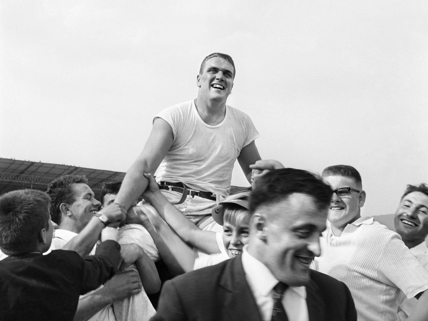 Karl Meli is carried on the shoulders of his colleagues after his victory at the Swiss Wrestling and Alpine Festival in Aarau, canton of Aargau, Switzerland, on August 16, 1964. (KEYSTONE/Str)  Karl Meli wird nach seinem Sieg am Eidgenoessischen Schwing- und Aelplerfest am 16. August 1964 in Aarau von seinen Kollegen auf den Schultern getragen. (KEYSTONE/Str)