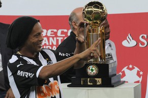 epa04328296 Atletico Mineiro's Ronaldinho Gaucho celebrates with the trophy after the victory of his team over Lanus during their Recopa Sudamericana soccer game at the Mineirao Stadium in Belo Horizonte, Brazil, 23 July 2014.  EPA/Paulo Fonseca