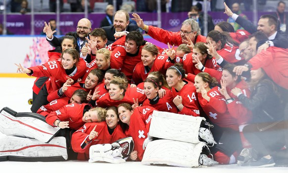 epa04090972 Team Switzerland celebrates victory over Sweden in the Women's Bronze Medal match between Switzerland and Sweden at the Bolshoy Ice Dome in the Ice Hockey tournament at the Sochi 2014 Olympic Games, Sochi, Russia, 20 February 2014.  EPA/SRDJAN SUKI