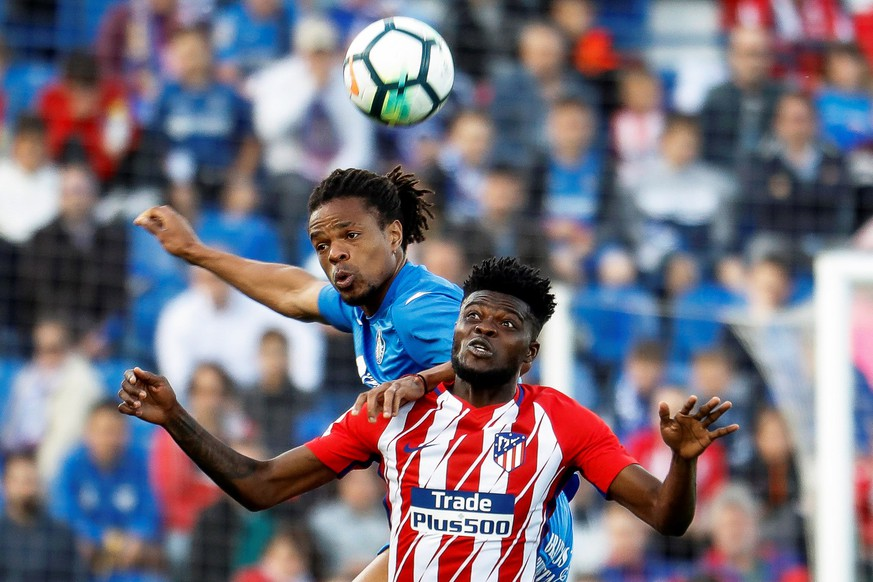 epa06731237 Atletico Madrid's Ghanaian player Thomas Partey (R) in action against Getafe's French striker Loic Remy (L) during the Spanish Primera Division soccer match between Getafe CF and Atletico Madrid at Coliseo Alfonso Perez in Madrid, Spain, 12 May 2018.  EPA/EMILIO NARANJO