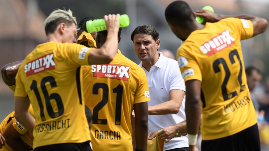YB Cheftrainer Gerry Seoane, speaks with his players during a friendly soccer match of the international Uhrencup tournament between Switzerland's BSC Young Boys and England's Wolverhampton Wanderers F.C. at the Stadion Neufeld in Bern, Switzerland, Saturday, July 14, 2018. (KEYSTONE/Anthony Anex)