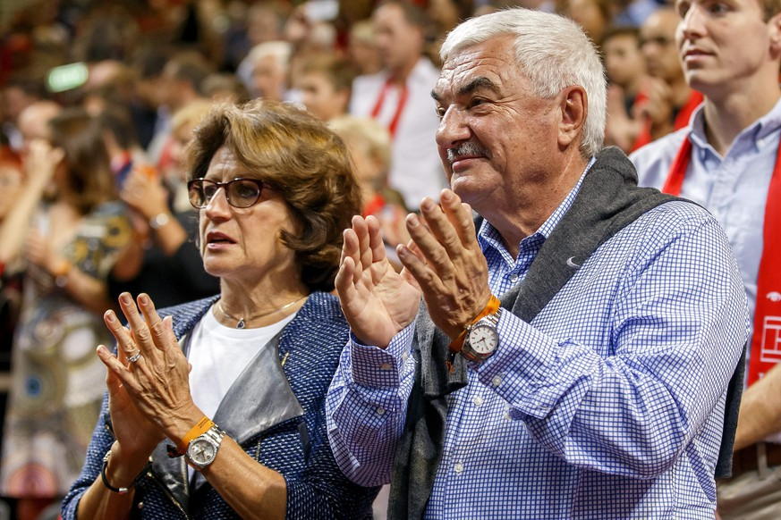 epa04397448 Swiss Roger Federer's mother Lynette (L) and father Robert Federer applaud during the first single match of the Davis Cup World Group Semifinal match between Switzerland and Italy, at Palexpo, in Geneva, Switzerland, 12 September 2014.  EPA/SALVATORE DI NOLFI