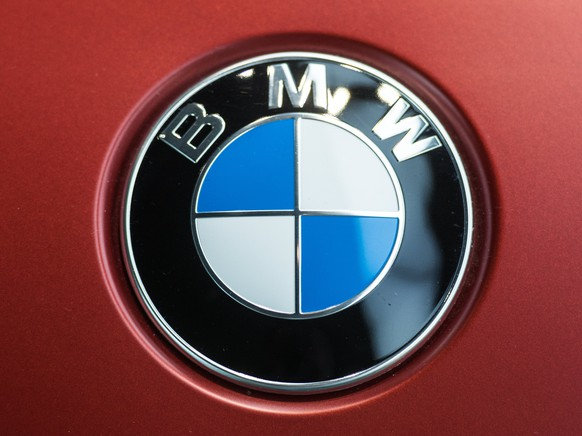 epa05861189 A BMW logo sign is seen on a BMW car ahead of the financial statement press conference of the German car manufacturer BMW Group at BMW World in Munich, Germany, 21 March 2017. The group has targeted a slight rise in sales volume, revenues and group pretax profit in 2017.  EPA/CHRISTIAN BRUNA