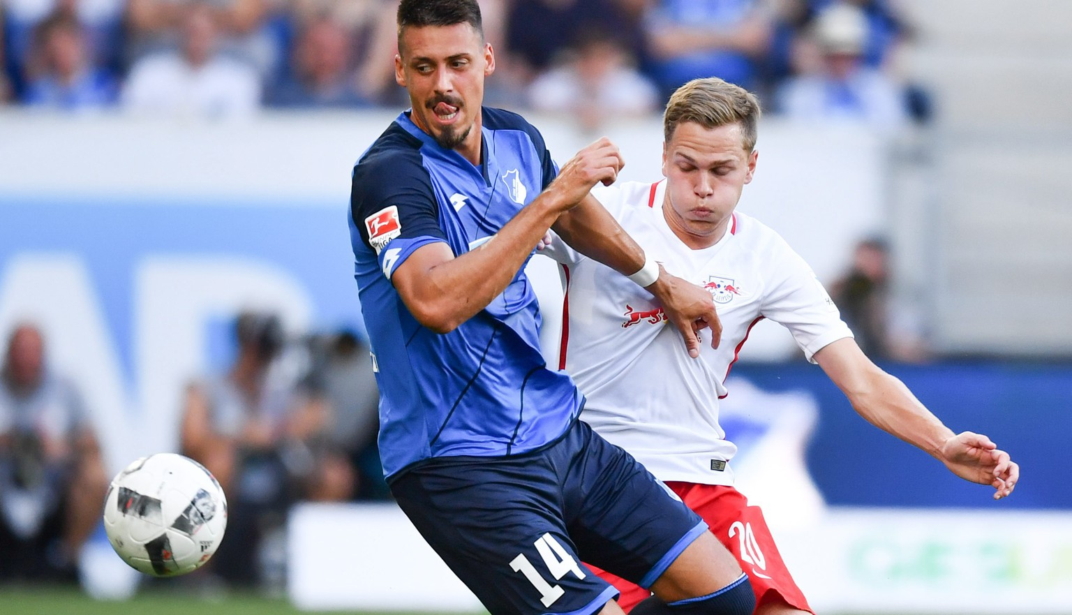 epa05513196 Hoffenheims Sandro Wagner (l) and Leipzig's Benno Schmitz  vie for the ball during the German Bundesliga soccer match between 1899 Hoffenheim and RB Leipzig in the Rhien Neckar Arena in Sinsheim, Germany, 28 August 2016. 