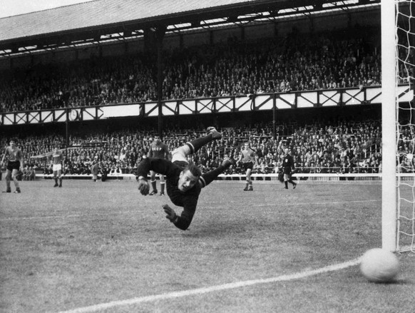 ARCHIV - ZU DEN RUECKBLICKEN AUF DIE WM 1962, 1966 UND 1970 STELLEN WIR IHNEN FOLGENDES BILDMATERIAL ZUR VERFUEGUNG -Russian goalkeeper Lev Yashin dives to save a ball during their match against Italy at Roker Park, Sunderland, on July 16, 1966. Russia defeated Italy 1-0. (AP Photo/Bippa)