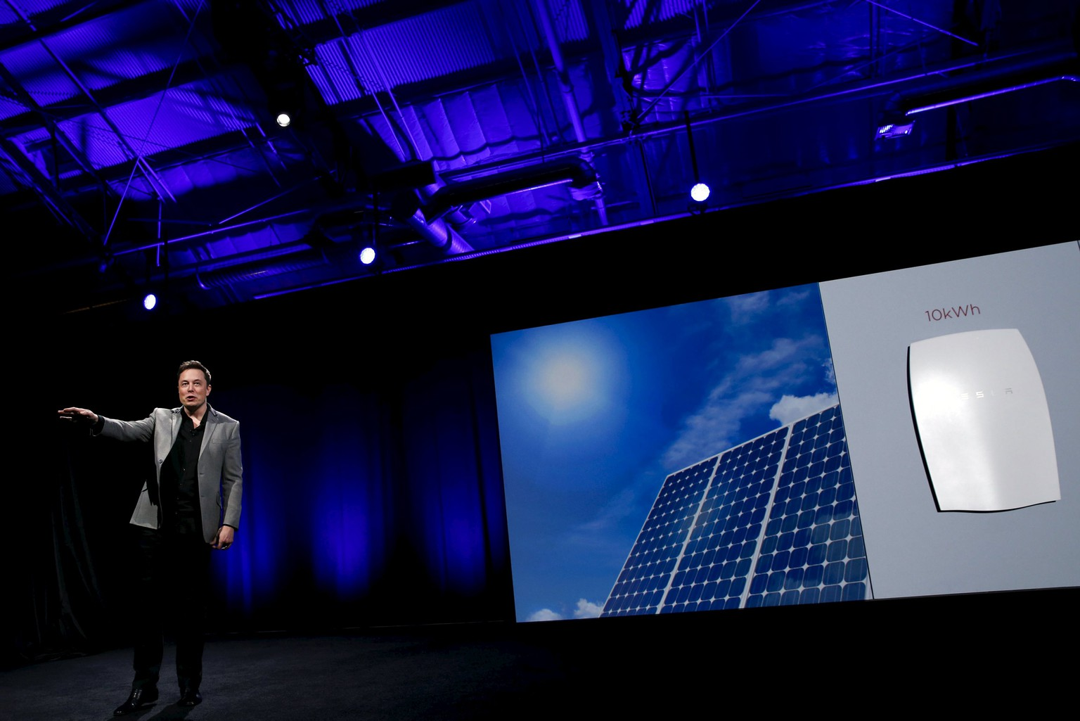 Tesla Motors CEO Elon Musk reveals the Tesla Energy Powerwall Home Battery during an event in Hawthorne, California April 30, 2015.  REUTERS/Patrick T. Fallon