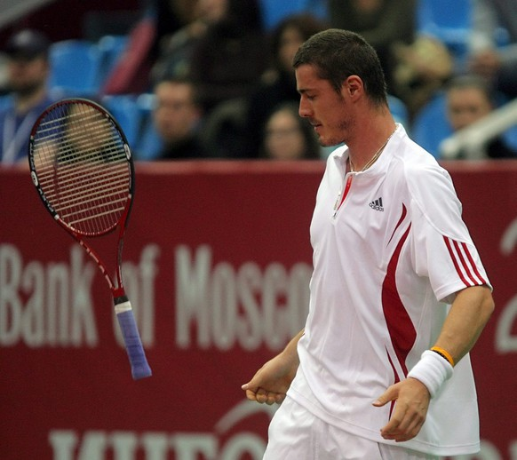 Safin Marat of Russia throw his racket in the air during his match against Bracciali Daniele of Italy at Kremlin Cup tennis tournament in Moscow, Thursday 12 October 2006.  (KEYSTONE/EPA/SERGEI ILNITSKY)