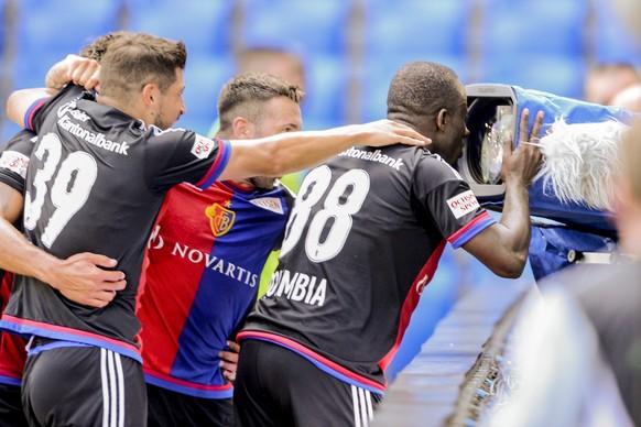 24.07.2016; Basel; Fussball Super League - FC Basel 1893 - FC Sion;Seydou Doumbia (Basel)  jubelt nach dem Tor zum 2:0 in die TV Kamera (Andy Mueller/freshfocus)