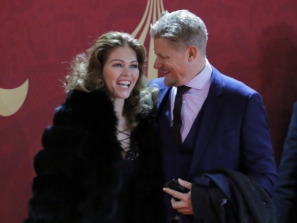 epa06361431 Former Danish international and Manchester United goalkeeper Peter Schmeichel (L) and girlfriend Laura von Lindholm arrive for the Final Draw of the FIFA World Cup 2018 at the State Kremlin Palace in Moscow, Russia, 01 December 2017. The FIFA World Cup 2018 will take place from 14 June until 15 July 2018 in Russia.  EPA/YURI KOCHETKOV