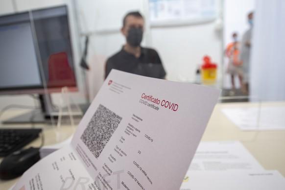Ein Covid-Zertifikat Schweiz aufgenommen am Dienstag, 15. Juni 2021 in Giubiasco. Das Covid-Zertifikat enthaelt neben Name, Vorname, Geburtsdatum und einer Zertifikatsnummer auch die Angaben zur Covid-19-Impfung, zur Genesung oder zum negativen PCR-Test- bzw. Antigen-Schnelltest-Resultat. Der im Covid-Zertifikat angezeigte QR-Code soll das Zertifikat dank einer elektronischen Signatur der Schweizerischen Eidgenossenschaft faelschungssicher machen und die Echtheit des Covid-Zertifikats garantieren. (KEYSTONE/Ti-Press/Pablo Gianinazzi)