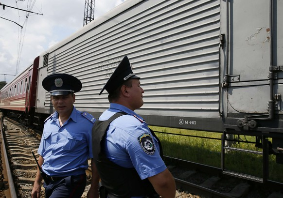 Ukrainian police stand guard near a train carrying the remains of victims of Malaysia Airlines MH17 downed over rebel-held territory in eastern Ukraine after it arrived in the city of Kharkiv, eastern Ukraine July 22, 2014. Almost 300 people were killed when the Malaysian airliner went down on July 17. REUTERS/Gleb Garanich (UKRAINE - Tags: POLITICS DISASTER TRANSPORT CIVIL UNREST)