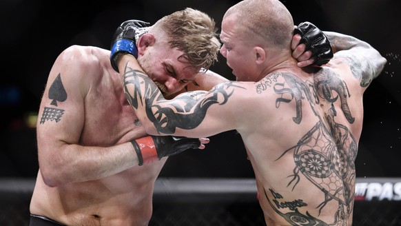 epa07618792 Sweden's Alexander Gustafsson (L) fights against Anthony Smith of the US during their bout at the international MMA gala, UFC Fight Night at the Globe Arena in Stockholm, Sweden, 01 June 2019.  EPA/Erik Simander/TT  SWEDEN OUT