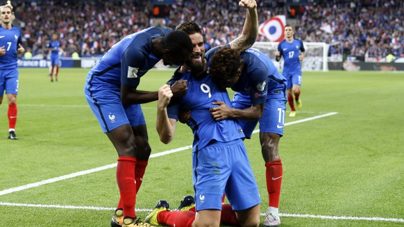 epa06257618 Blaise Matuidi (L) and Kingsley Coman of France (R) celebrate with teammate Olivier Giroud (C) during the FIFA World Cup qualification Group A soccer match between France and Belarus at the Stade de France stadium, in Saint-Denis, Paris, France, 10 October 2017.  EPA/ETIENNE LAURENT