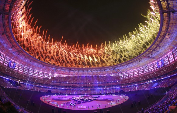 epa04823030 Fireworks illuminate the sky over the Baku Olympic Stadium during the closing ceremony of the Baku 2015 European Games in Baku, Azerbaijan, 28 June 2015.  EPA/SERGEY DOLZHENKO