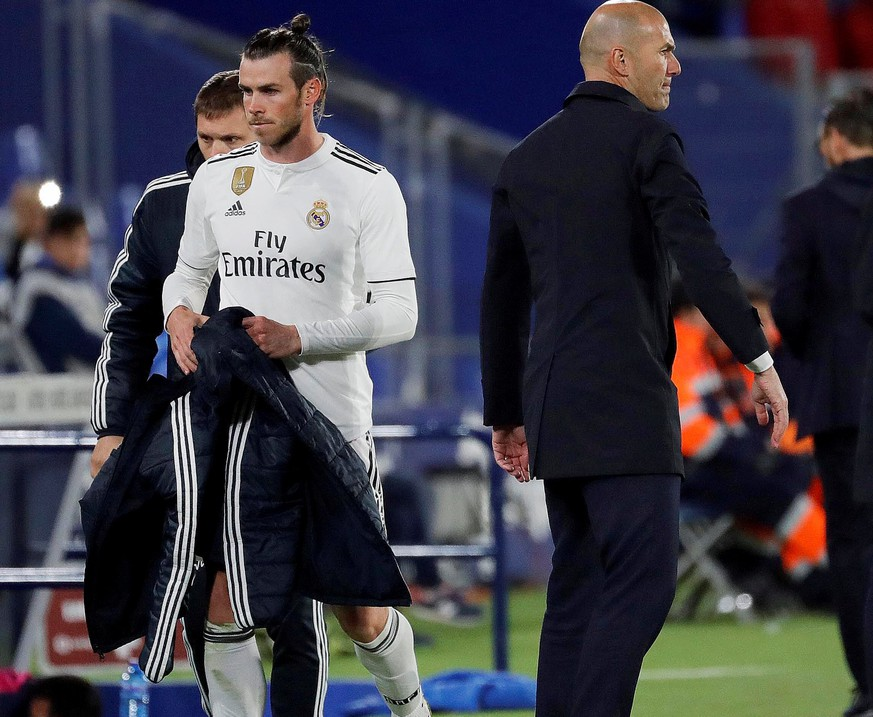 epa07528998 Real Madrid's Welsh forward Gareth Bale (L) walks past the team's head coach Zinedine Zidane (C) after being substituted during a Spanish LaLiga soccer match between Real Madrid and Getafe at the Alfonso Perez Coliseum in Madrid, Spain, 25 April 2019.  EPA/JUANJO MARTIN