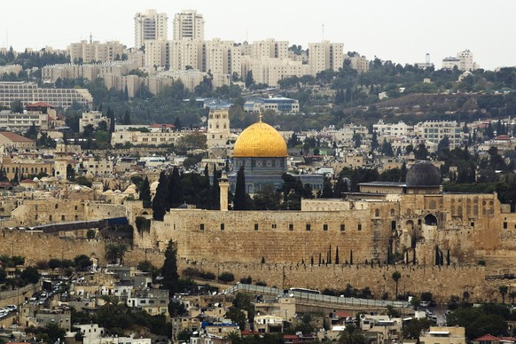 A general view of Jerusalem's old city shows the Dome of the Rock in the compound known to Muslims as Noble Sanctuary and to Jews as Temple Mount, October 25, 2015. Palestinian officials reacted warily on Sunday to what U.S. Secretary of State John Kerry hailed as Jordan's