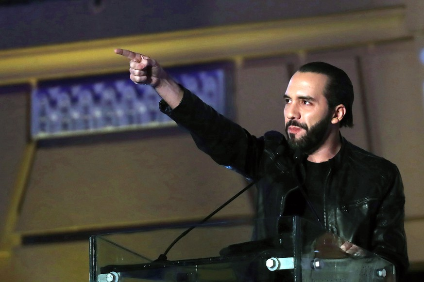 epa07342003 Nayib Bukele (C), GANA (National Alliance) party leader and presidential candidate, delivers a speech during a election night event at the National Theatre Square in San Salvador, El Salvador, early 04 February 2019. Bukele won the presidential election after achieving more than 53 percent of votes to put an end to the two-party system.  EPA/RODRIGO SURA