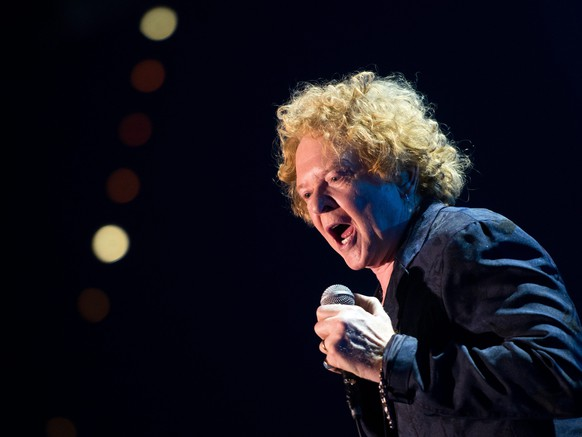 epa05002657 Mick Hucknall, singer of the band Simply Red, performs during their concert at the Olympiahalle in Munich, Germany, 29 October 2015.  EPA/TOBIAS HASE