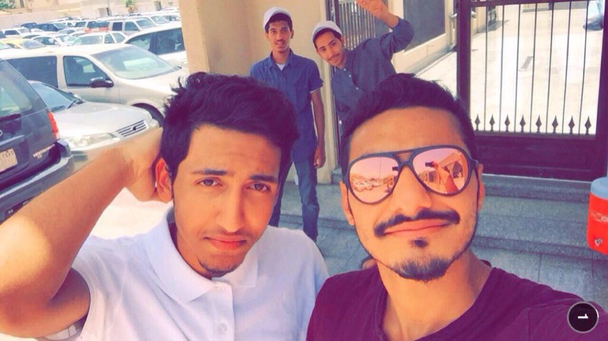 Jenan Moussa So tragic. 2 guys took a selfie infront of Saudi mosque. Moments later, bomb went off. Both men killed #تفجير_العنود