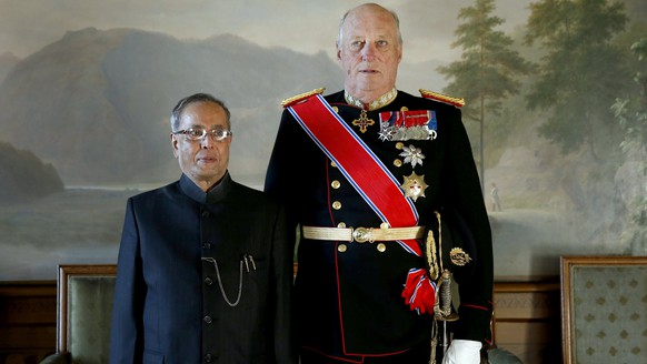 epa05791255 (FILE) - King Harald V of Norway (R) and then President of India Pranab Mukherjee pose for photographs at the Royal Palace in Oslo, Norway, 13 October 2014, on the first day of the Indian president's official visit to Norway. King Harald V of Norway will turn 80 on 21 February 2017.  EPA/CORNELIUS POPPE / POOL  NORWAY OUT