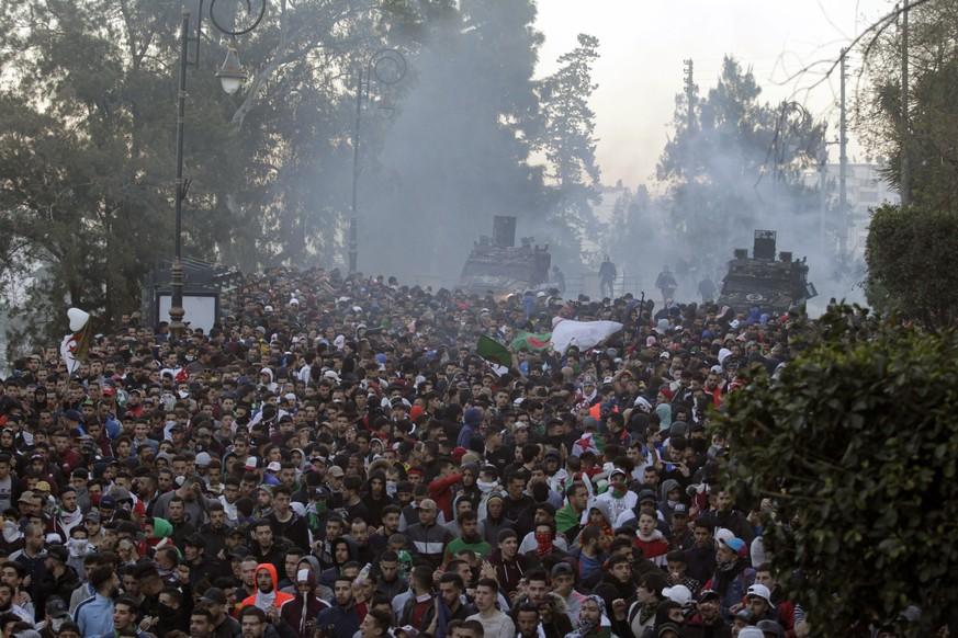 Verletzte und Festnahmen bei Massenprotesten in Algerien