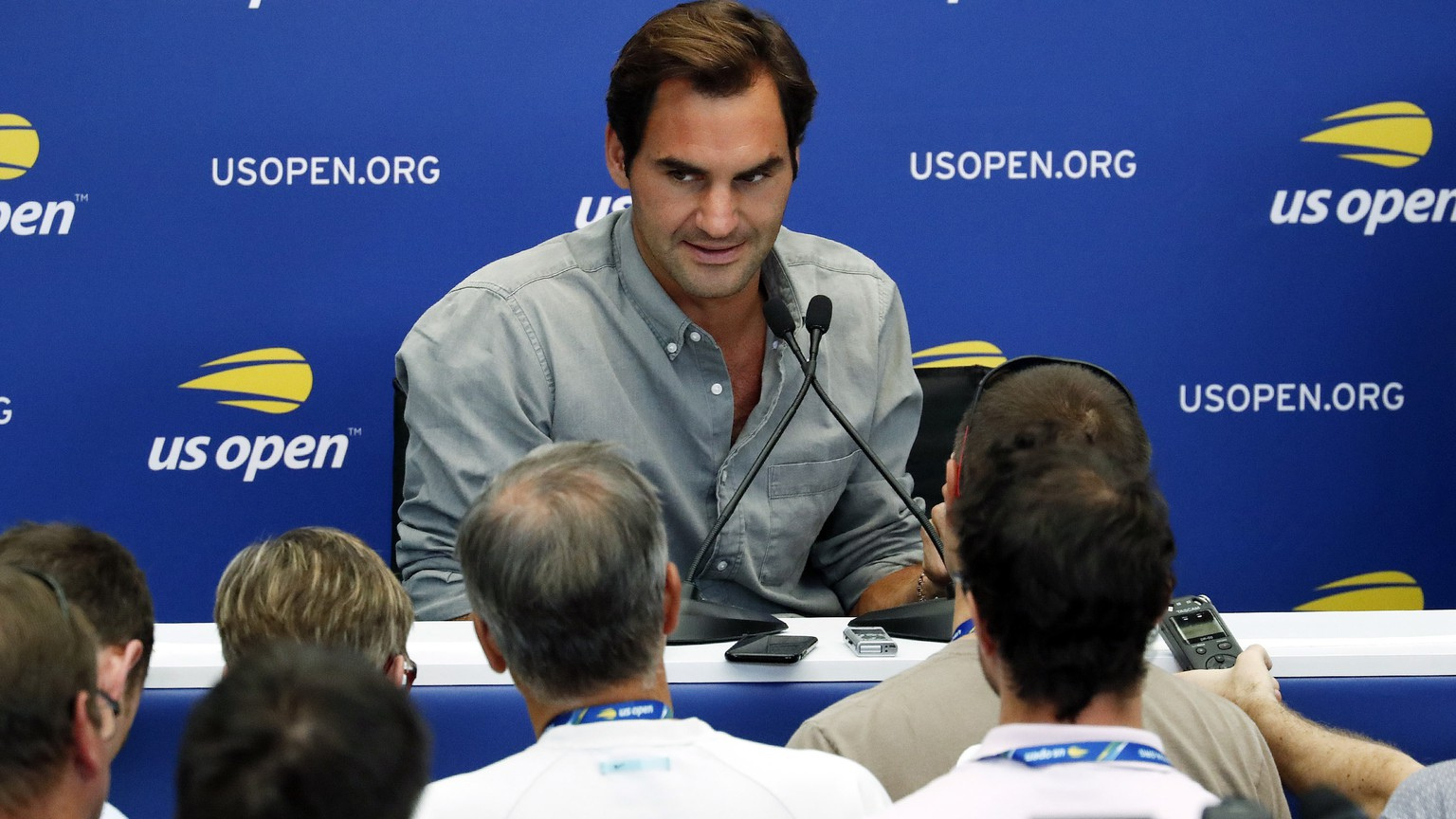 epa06969385 Swiss tennis player Roger Federer (C) addresses the media during media day inside Armstrong stadium at the 2018 US Open Tennis Championships at the USTA National Tennis Center in Flushing Meadows, New York, USA, 24 August 2018.  EPA/JASON SZENES