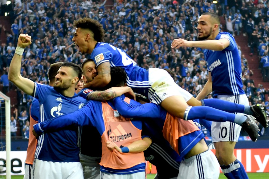 epa06671071 Schalke players celebrate after scoring the 1-0 lead during the German Bundesliga soccer match between FC Schalke 04 and Borussia Dortmund at Veltins-Arena in Gelsenkirchen, Germany, 15 April 2018.  EPA/SASCHA STEINBACH EMBARGO CONDITIONS - ATTENTION: Due to the accreditation guidelines, the DFL only permits the publication and utilisation of up to 15 pictures per match on the internet and in online media during the match.