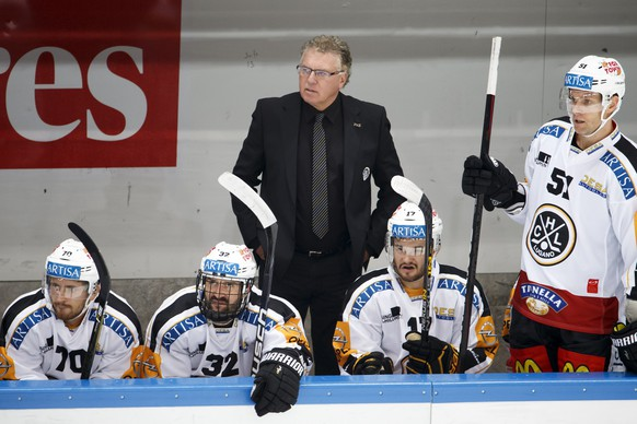 Lugano's Head coach Doug Shedden looks on his players, during a National League A regular season game of the Swiss Championship between Lausanne HC and HC Lugano, at the Malley stadium in Lausanne, Switzerland, Friday, September 30, 2016. (KEYSTONE/Salvatore Di Nolfi)