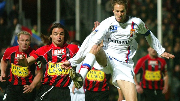 OGC Nice players Lilian Laslande, left, Jose Cobos center fights for the ball with Patrick Mueller of Lyon  during their French League One soccer match, Saturday, March 27, 2004, in Nice stadium, southeastern France. (KEYSTONE/AP Photo/Lionel Cironneau)