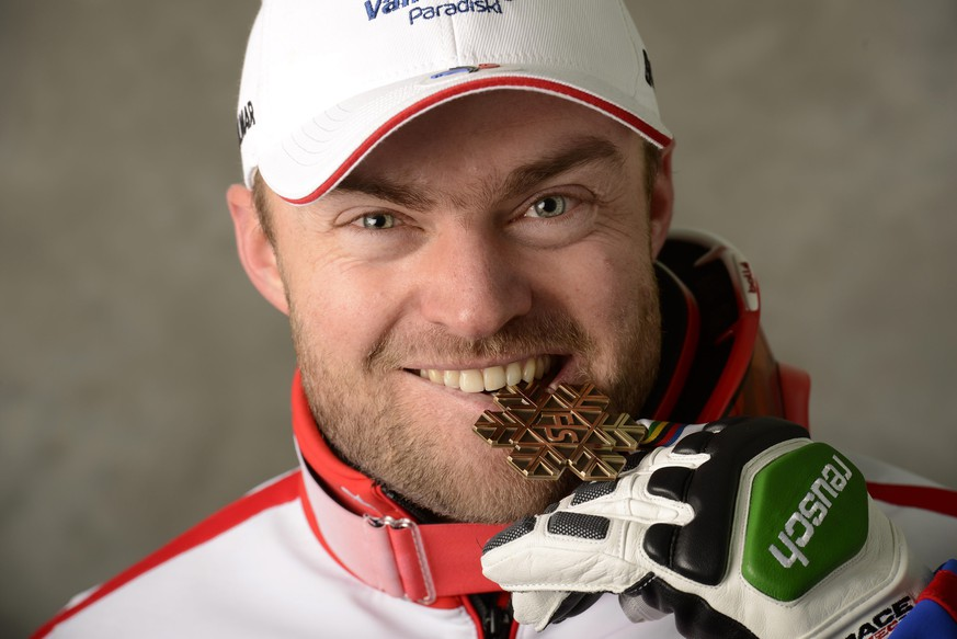 ARCHIVBILD ZUM TOEDLICHEN UNFALL DES FRANZOESISCHEN SKIRENNFAHRERS DAVID POISSON, AM MONTAG, 13. NOVEMBER 2017 - epa03575753 David Poisson of France poses with his bronze medal after the Men's Downhill race at the Alpine Skiing World Championships in Schladming, Austria, 09 February 2013.  EPA/ERICH SPIESS / POOL   EDITORIAL USE ONLY/NO SALES