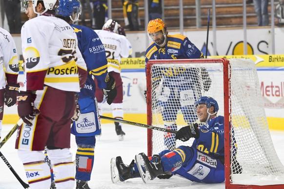 Enzo Corvi von Davos, rechts, jubelt nach seinem Treffer zum 1-0, beim Eishockey-Qualifikationsspiel der National League zwischen dem HC Davos und dem Geneve-Servette HC am Dienstag, 12. September 2017, in der Vaillant Arena in Davos. (KEYSTONE/Gian Ehrenzeller)