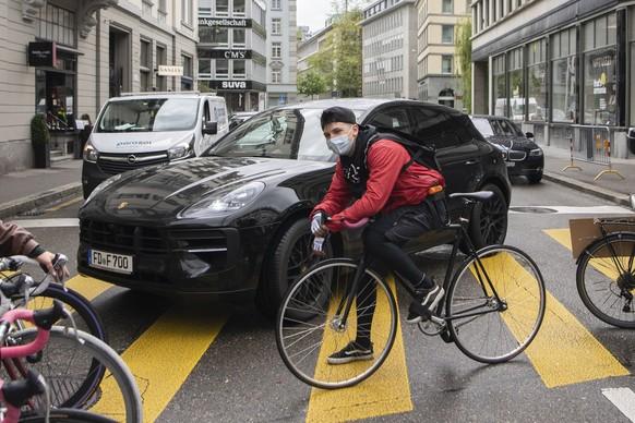 Menschen demonstrieren auf ihren Fahrraedern in der Innenstadt von Zuerich am Strike for Future Tag, aufgenommen am Freitag, 21. Mai 2021. (KEYSTONE/Ennio Leanza)