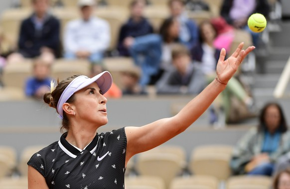 epa07610791 Belinda Bencic of Switzerland plays Laura Siegemund of Germany during their women's second round match during the French Open tennis tournament at Roland Garros in Paris, France, 29 May 2019.  EPA/CAROLINE BLUMBERG