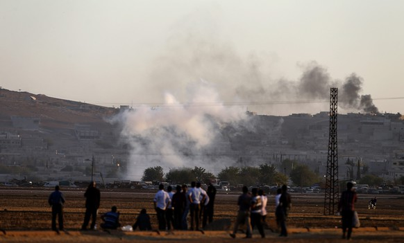 epa04436005 A picture taken from Turkey shows smoke rising after an apparent airstrike by allied forces against Islamic State targets in the east of the Syrian city of Kobane, near Suruc district, Sanliurfa, Turkey, 07 October 2014. The Syrian Kurdish city of Kobane is 'about to fall,' said Turkish President Recep Tayyip Erdogan as he criticized US allied bombing of Islamic State militants surrounding the city for being insufficient.  EPA/SEDAT SUNA