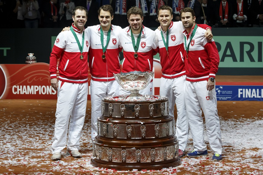 Swiss Davis Cup team members, from left to right, Swiss Davis Cup Team captain Severin Luethi , Roger Federer, Stanislas Wawrinka, Marco Chiudinelli, and Michael Lammer pose with the Davis Cup trophy, after wining the Davis Cup Final between France and Switzerland, at the Stadium Pierre Mauroy in Lille, France, Sunday, November 23, 2014. (KEYSTONE/Salvatore Di Nolfi)