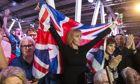 epa05346128 Supporters react as former Mayor of London Boris Johnson speaks during a Vote Leave campaign event in London, Britain, 04 June 2016. Britons will vote on whether to remain in or leave the EU in a referendum on 23 June 2016.  EPA/WILL OLIVER