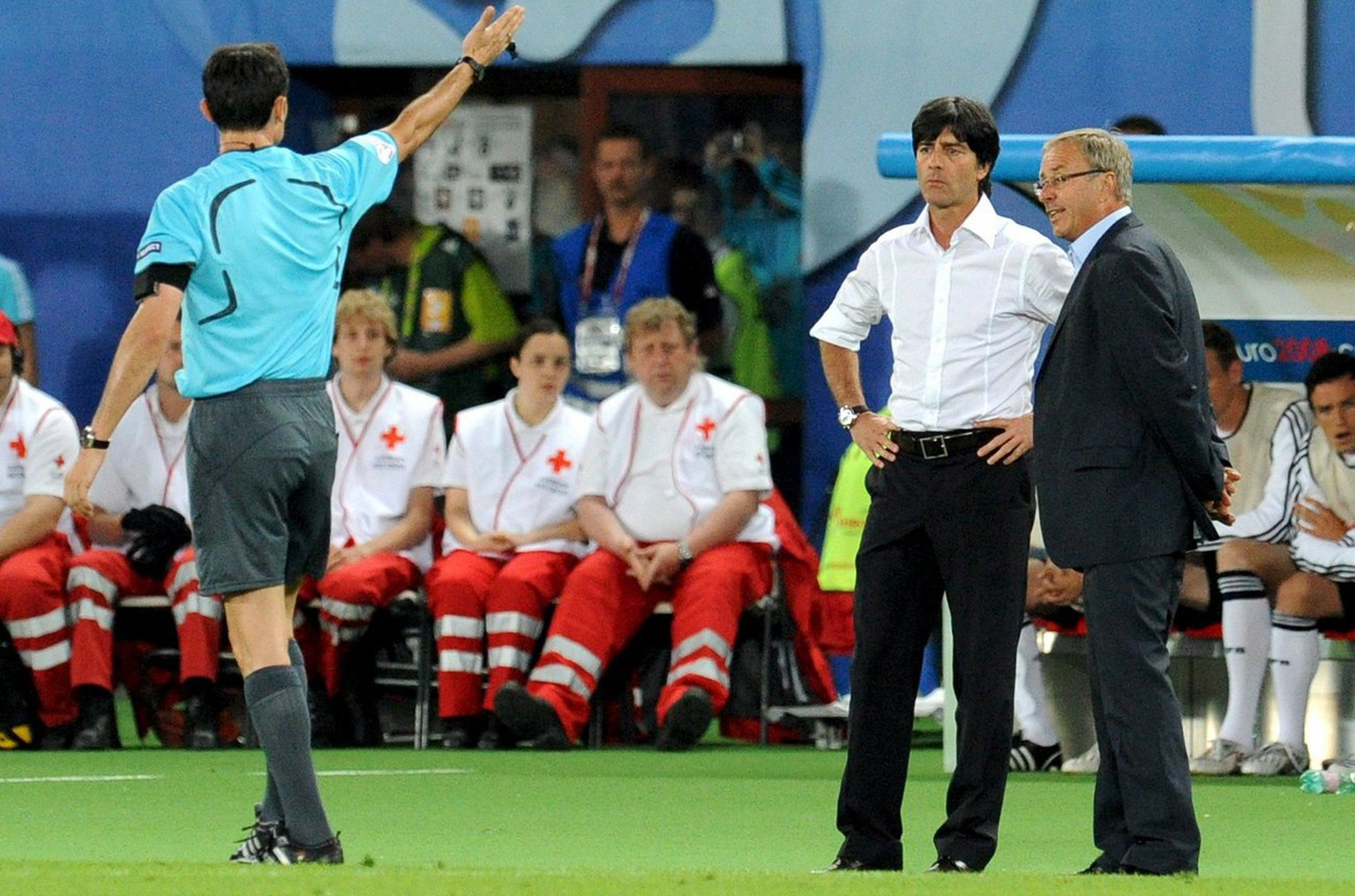 epa01385124 Referee Manuel Mejuto Gonzales (L) of Spain gestures towards Austrian coach Josef Hickersberger (R) and German coach Joachim Loew during the UEFA EURO 2008 Group B preliminary round match between Austria and Germany at the Ernst Happel stadium in Vienna, Austria, 16 June 2008.  EPA/VASSIL DONEV +please note UEFA restrictions particulary in regard to slide shows and 'No Mobile Phones'+