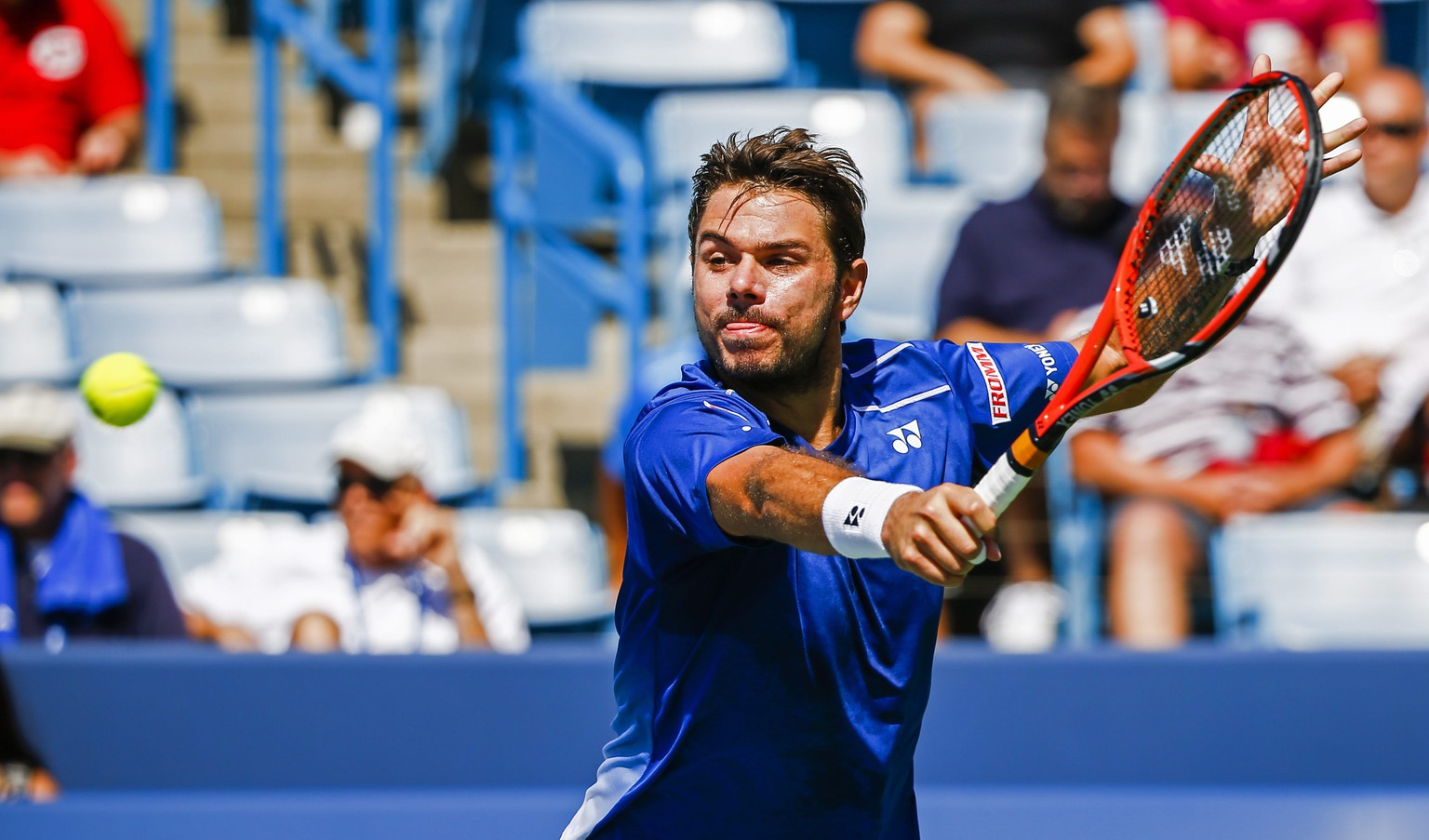 epa04890330 Stan Wawrinka of Switzerland hits a return shot to Ivo Karlovic of Croatia during their third round match in the Western & Southern Open at the Linder Family Tennis Center in Mason, Ohio, USA, 20 August 2015.  EPA/TANNEN MAURY
