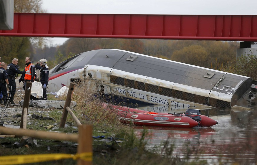 Rescue workers search the wreckage of a test TGV train that derailed and crashed in a canal outside Eckwersheim near Strasbourg, eastern France, November 14, 2015.      REUTERS/Vincent Kessler TPX IMAGES OF THE DAY