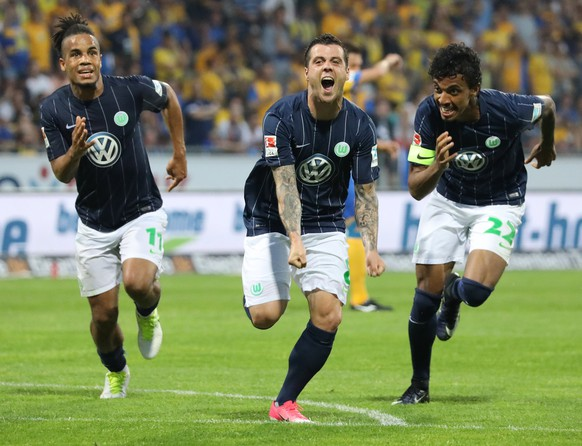 epa05998281 Wolfsburg's Vieirinha-De Freitas (C) celebrates his goal with Daniel Didavi (L) and Luiz Gustavo (R) during the German Bundesliga Relegation soccer match between Eintracht Braunschweig and VfL Wolfsburg in Braunschweig, Germany, 29 May 2017.  EPA/FOCKE STRANGMANN (EMBARGO CONDITIONS - ATTENTION: Due to the accreditation guidlines, the DFL only permits the publication and utilisation of up to 15 pictures per match on the internet and in online media during the match.)