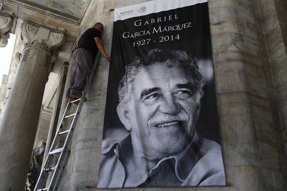 A worker arranges a banner with the picture of late Colombian Nobel Prize laureate Gabriel Garcia Marquez at the Bellas Artes palace in Mexico City April 20, 2014. Garcia Marquez, the Colombian author whose beguiling stories of love and longing brought Latin America to life for millions of readers and put magical realism on the literary map, died on Thursday. He was 87. REUTERS/Tomas Bravo (MEXICO - Tags: SOCIETY OBITUARY)