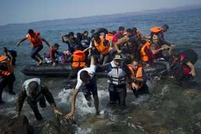Refugees and migrants arrive on a dinghy on the Greek island of Lesbos, September 10, 2015. Most of the people flooding into Europe are refugees fleeing violence and persecution in their home countries who have a legal right to seek asylum, the United Nations said on Tuesday. REUTERS/Dimitris Michalakis