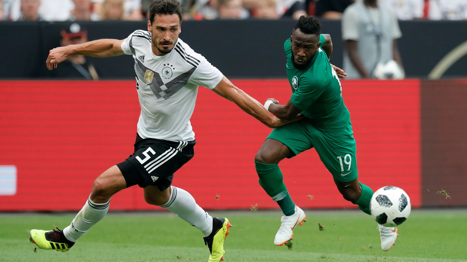 epa06794819 Saudi Arabia's Fahad Almuwallad (R) and Germany's Mats Hummels in action during the international friendly soccer match between Germany and Saudi Arabia in Leverkusen, Germany, 08 June 2018.  EPA/RONALD WITTEK