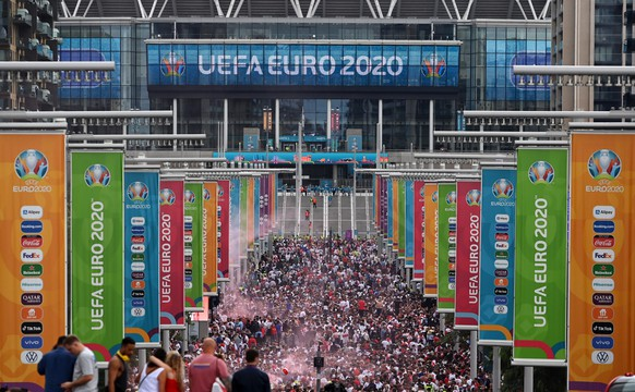 epa09337602 England fans outside Wembley Stadium in London, Britain, 11 June 2021. England play Italy in the UEFA Euro 2020 final at Wembley stadium in London, 11 June 202.  EPA/ANDY RAIN