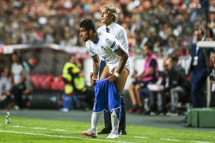 epa07011336 Italy's Emerson Palmieri (front) changes his shorts during the UEFA Nations League soccer match betwen Portugal and Italy in Lisbon, Portugal, 10 September 2018.  EPA/JOSE SENA GOULAO