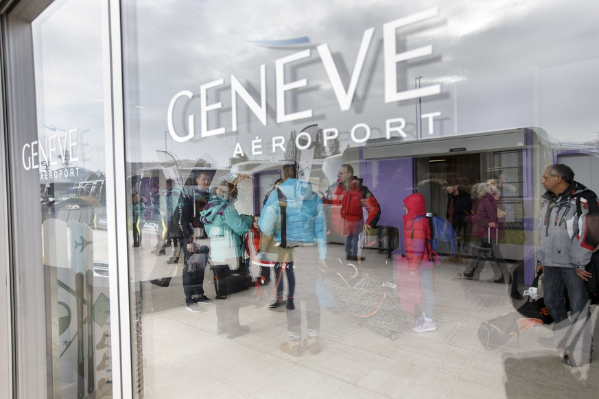 ARCHIV - ZUR STUDIE DES REISEBUEROVERBANDES ZUM REISEGESCHAEFT 2016/17 STELLEN WIR IHENEN DIESES ARCHIVBILD ZUR VERFUEGUNG - Flight passengers, with their luggage and ski bags, arrive in the terminal 2 of the Geneva Airport, in Geneva, Switzerland, Saturday, December 24, 2016. Thousands of skiers and travelers are expected during this week at the airport to celebrate Christmas and New Year in ski resorts of Switzerland or in ski resorts of France. (KEYSTONE/Salvatore Di Nolfi)