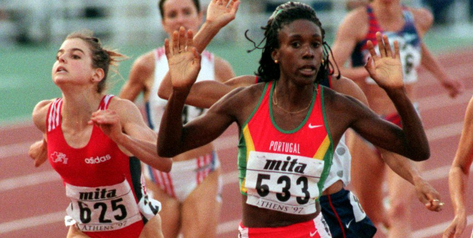 Carla Sacramento of Portugal crosses the finish line to win the gold medal in the final of the Women's 1500 meters at the World Track and Field Championships in Athens Tuesday August 5, 1997. At left is Anita Weyermann of Switzerland who lunges over the line to clinch the bronze.  (KEYSTONE/AP/John Giles/PA)