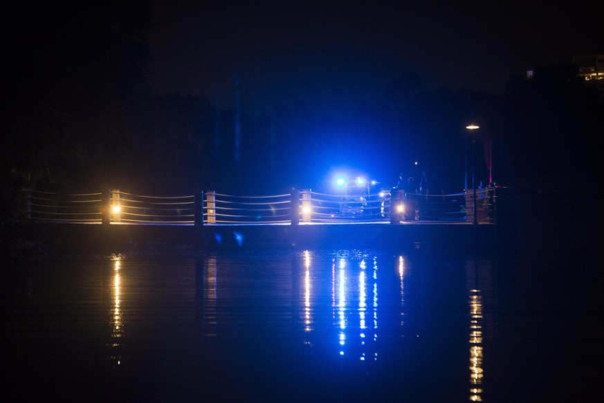 epaselect epa05365916 Police officers search for a child who was reportedly being pulled into the water by an alligator near Disney's Grand Floridian Resort & Spa in Orlando, Florida, USA, 14 June 2016. According to authorities, a two-year-old toddler, whose name was not available, was dragged into the Seven Seas Lagoon near Disney's Grand Floridian Resort & Spa on 14 June night.  EPA/JOHN TAGGART