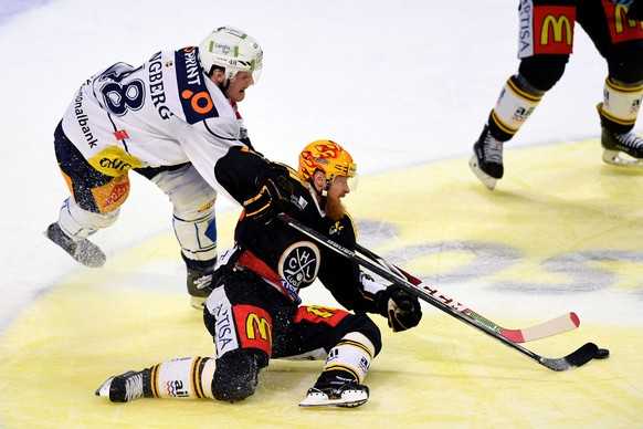 Lugano's player Linus Klasen, right, fights for the puck with Zug's player Carl Klingberg left, during the preliminary round game of National League A (NLA) Swiss Championship 2016/17 between HC Lugano and EV Zug, at the ice stadium Resega in Lugano, Switzerland,  Friday, October 14, 2016. (KEYSTONE/Ti-Press/Samuel Golay)