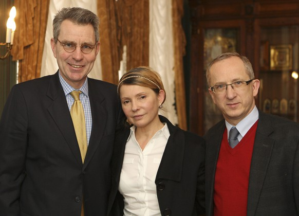 Ukrainian opposition leader Yulia Tymoshenko (C) meets with U.S. ambassador to Ukraine Geoffrey Pyatt (L) and head of the EU Delegation to Ukraine Jan Tombinski in Kiev, February 23, 2014. Ukrainian opposition leader Yulia Tymoshenko, freed from prison guard on Saturday after her arch-rival President Viktor Yanukovich fled Kiev, said on Sunday she did not want to be considered for the post of prime minister. REUTERS/Alexander Prokopenko/Pool (UKRAINE  - Tags: POLITICS CIVIL UNREST)